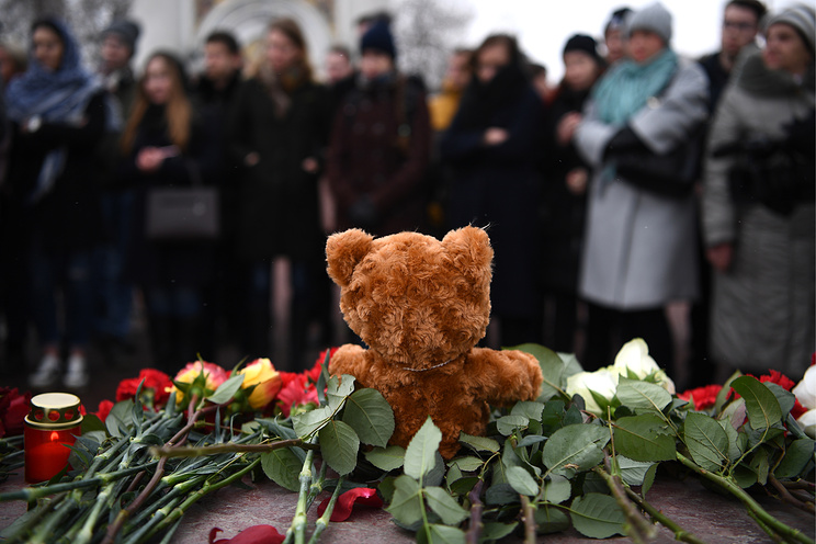 Mourning victims of Kemerovo shopping mall fire in Yekaterinburg, Russia